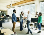 Pessoas conversando no corredor da empresa